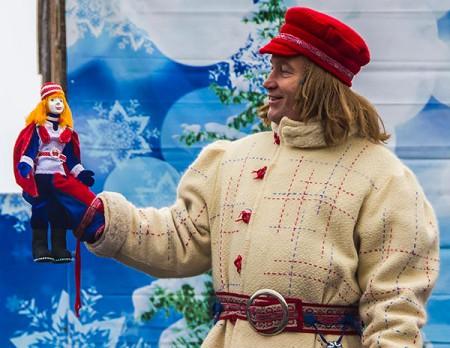 Деды Морозы в Олонце поздравляют Паккайне